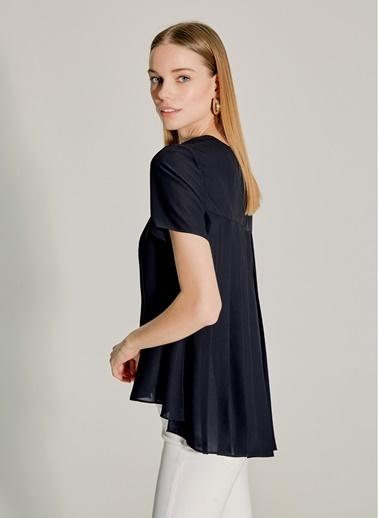 NGSTYLE Sırtı Pilise Detaylı Krep Bluz Siyah